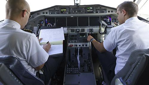 Pilotos cockpit briefing na linha aérea